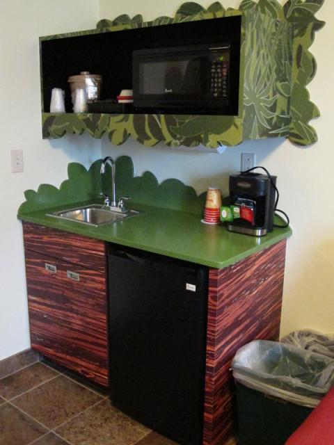 A mini cozinha da suíte do Rei Leão, fica na sala. Foto: Luciana Misura