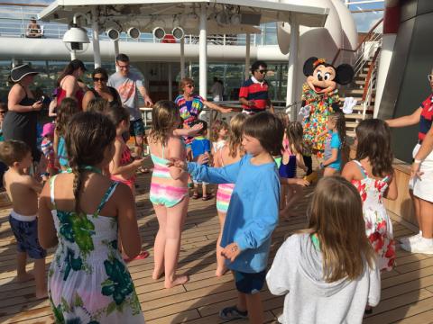 Minnie dançando no deck da piscina do Disney Wonder