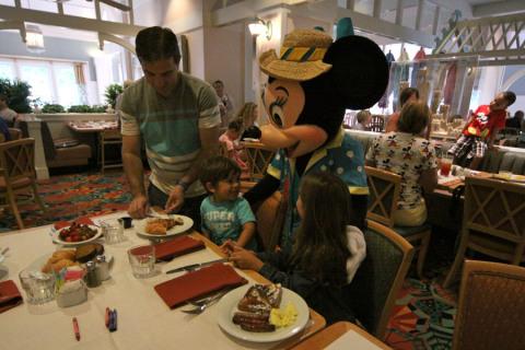 A Minnie chegando na nossa mesa