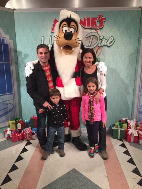 Chegando no jantar de Natal da Minnie, você tira uma foto com o Pateta Papai Noel