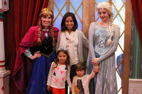 Nós com as princesas Anna e Elsa, do filme Frozen
