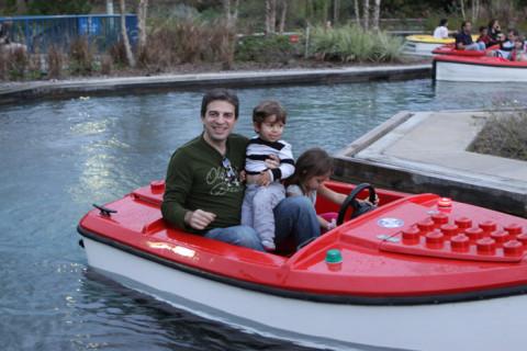 Gabe, Eric e Julia dirigindo o barquinho na Boating School