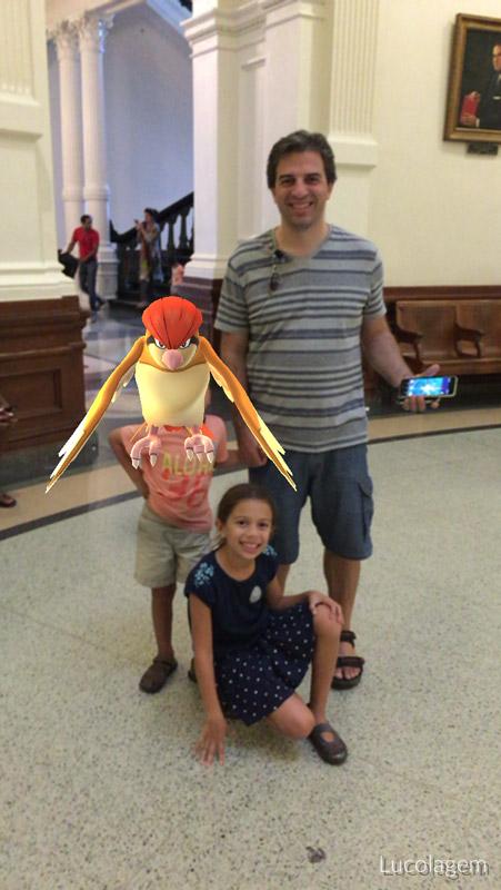 No Capitólio de Austin tirando uma foto de família e o Pokémon entrou na frente