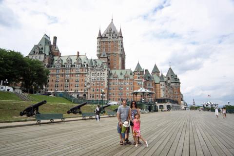 Foto de família em frente ao Chatêau Frontenac, símbolo de Québec City