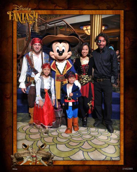 Família toda vestida de pirata com o dono da festa!