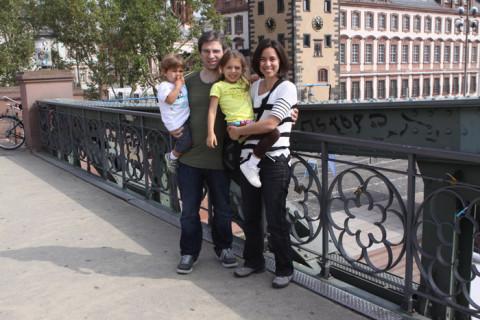 Foto de família na ponte sobre o rio Main