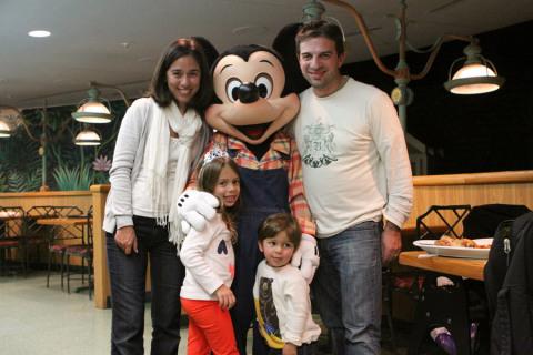 Com o Mickey no Garden Grill, Epcot, na noite de Revéillon