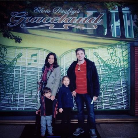 Foto turistona em Graceland, a casa de Elvis Presley