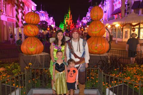 Nós na entrada do parque com a decoração de Halloween