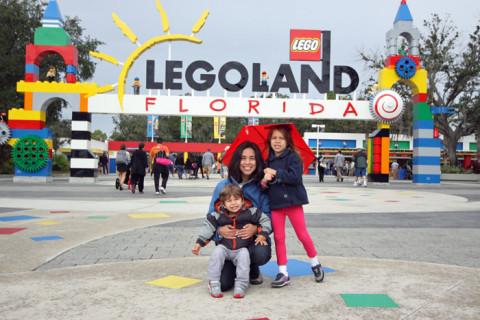 Nós na entrada da Legoland da Flórida, eu quis tirar essa foto igual à que eu tenho na Legoland da Califórnia com a Julia e grávida do Eric