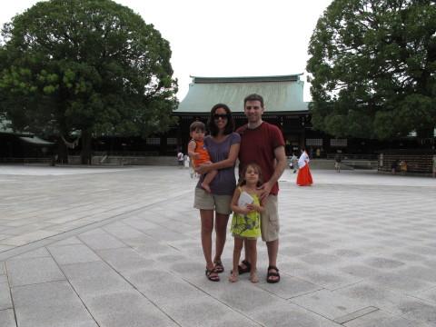 Foto de família em frente ao templo Meiji