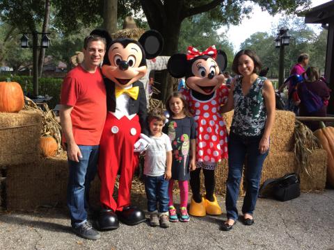 Foto com Mickey e Minnie com seus trajes clássicos