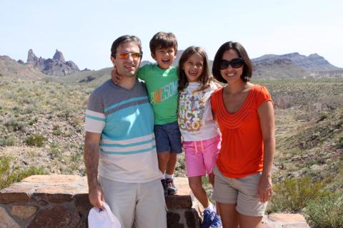 Família Misura com o Mule Ears Peaks ao fundo, Big Bend National Park