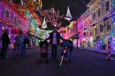 Gabe e as crianças no meio das luzes do Osborne Family Spectacle of Dancing Lights