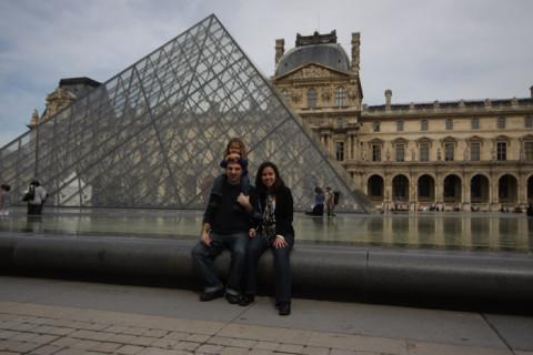 Nós no Louvre, eu estava grávida do Eric e nessa época nem sabia que tinha a opção de transfer com motoristas brasileiros em Paris