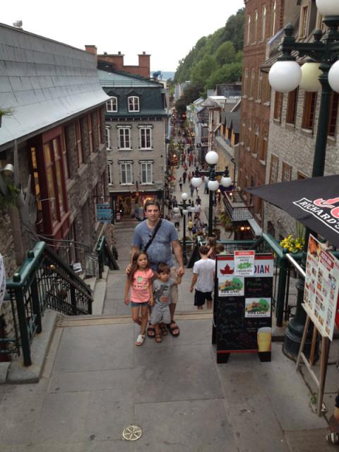 Petit Champlain fica lá embaixo dessa escadaria