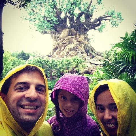A nossa selfie com a Tree of Life debaixo de chuva (o Eric tava dormindo no carrinho)