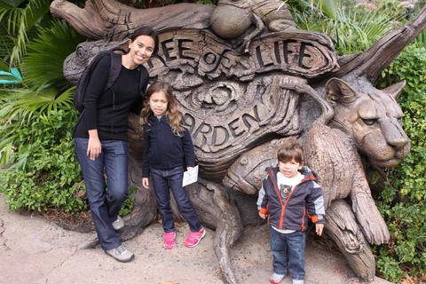 Eu posando com as crianças no mesmo lugar que tirei foto em 1998