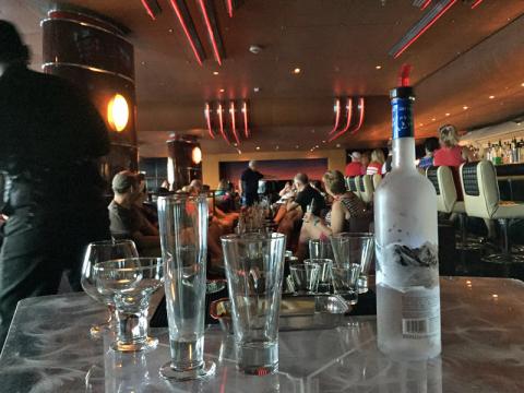 A aula de Mixology que eu fiz no Disney Wonder foi no bar Cadillac