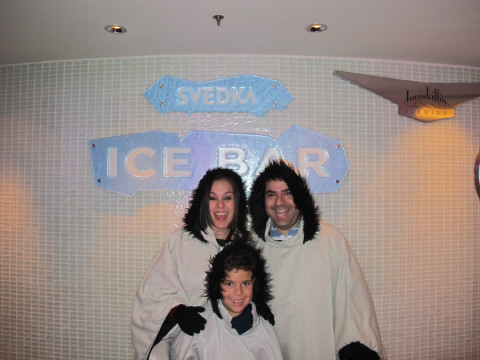 Nós na entrada do Svedka Ice Bar