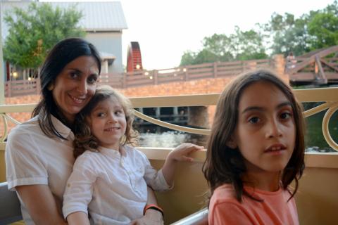 Mônica com Luna e Lorenzo no barquinho do Port Orleans Riverside