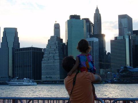 A Monica clicou o marido e a filhota admirando NY