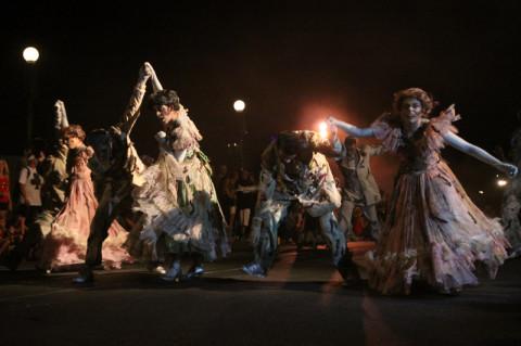 Os mortos vivos que dançam na Haunted House fizeram uma coreografia bacana