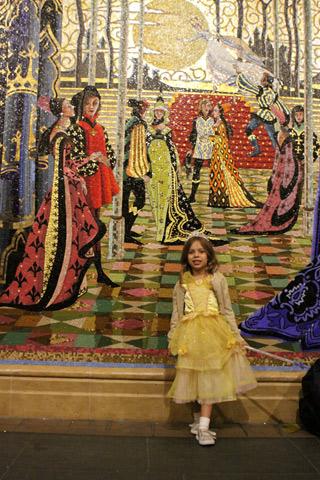 Julia posando com um dos mosaicos no Castelo da Cinderela