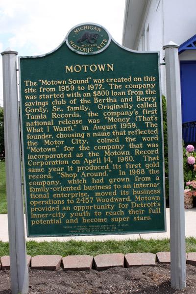 Placa contando um pouco da história da gravadora Motown no jardim da casa