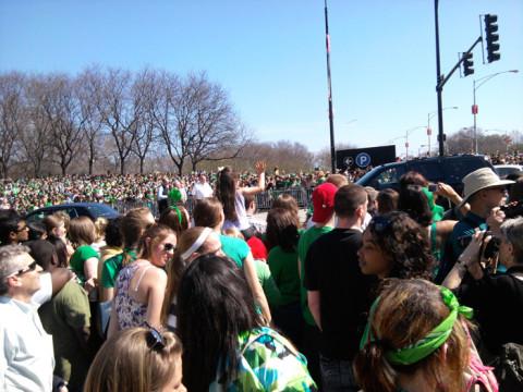 A multidão no dia de Saint Patrick em Chicago