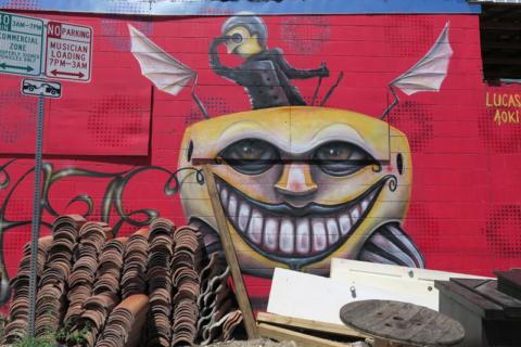 Um mural não identificado em uma alley da Sixth Street