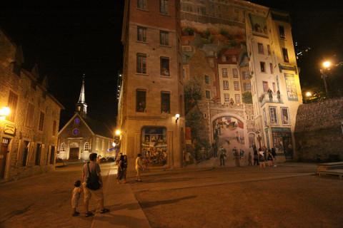 Mural muito bacana nesse prédio na Rue du Petit Champlain