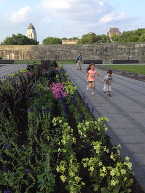 Julia e Eric adoraram correr aqui, com os muros da cidade velha ao fundo