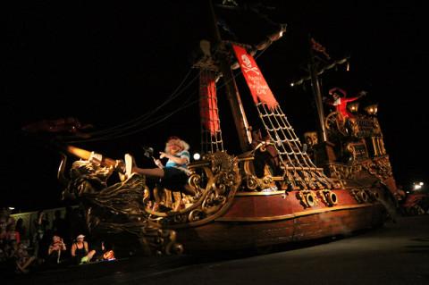 O navio pirata com Peter Pan e Capitão Hook