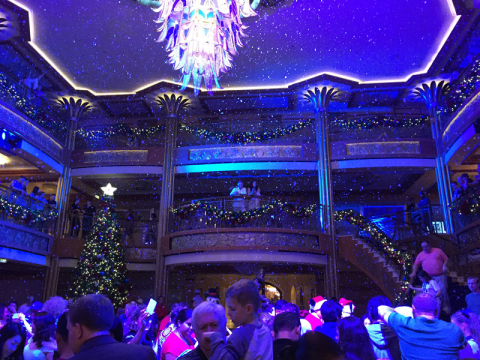 Nevando no lobby do Disney Dream, a Elsa fez nevar