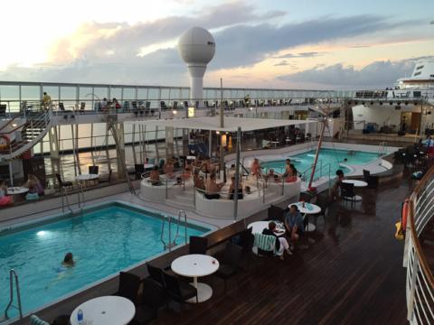 As piscinas do navio, com as jacuzzis no meio
