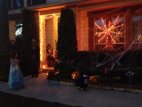 Nossa casa decorada pro Halloween