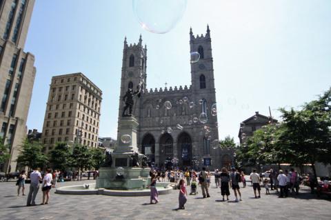 As crianças se divertiram com bolhas de sabão na praça em frente a Notre-Dame Basilica de Montreal