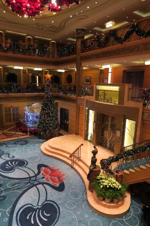 Lobby do Disney Wonder reimaginado com a decoração de Natal