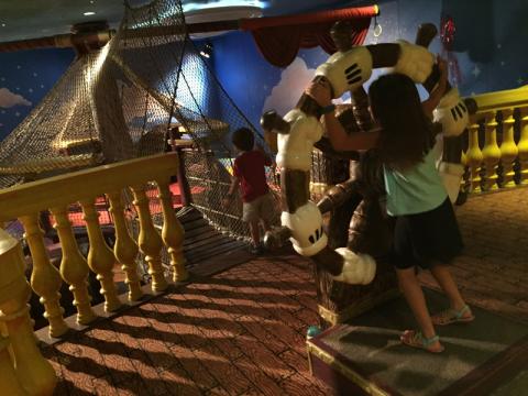 Julia e Eric curtindo o Oceaneer Club no Disney Wonder
