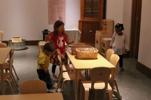 Julia e Eric brincando na sala infantil