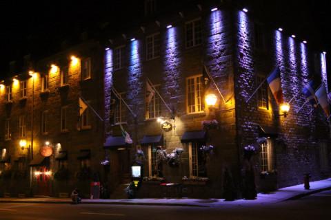 Um dos muitos restaurantes iluminados na Cidade de Quebéc