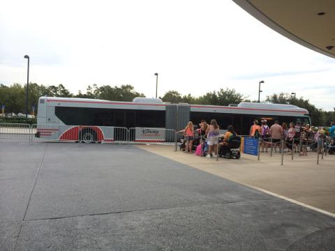 Ônibus para o Magic Kingdom em frente ao Pop Century Resort