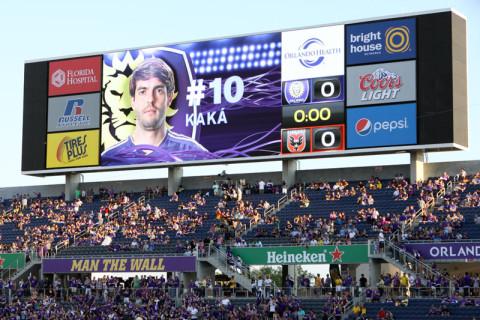 Apresentação dos jogadores no telão: Kaká