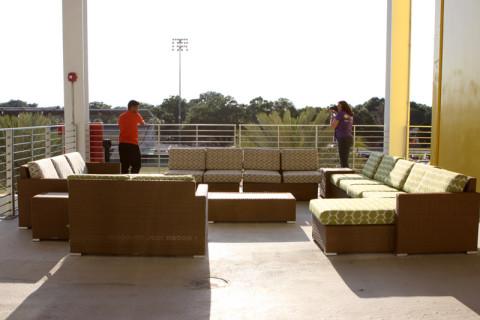 Tem um sofá na área externa também