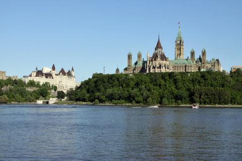 Dia perfeito em Ottawa, o Parlamento a direita e o Chatêau Laurier a esquerda