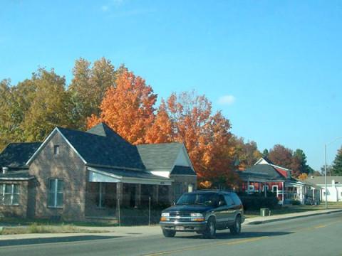 Rua típica de Clarksville no outono
