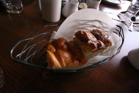 Pães doces com coco e abacaxi no Ohana