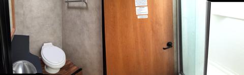 Panorama do banheiro, quando a porta está fechando o corredor (pra quando alguém for tomar banho)