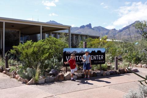 Julia e Eric em frente ao Visitor Center de Panther Junction, que é o principal
